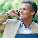 Outlook einrichten: Businessman beim Telefonieren mit Notebook